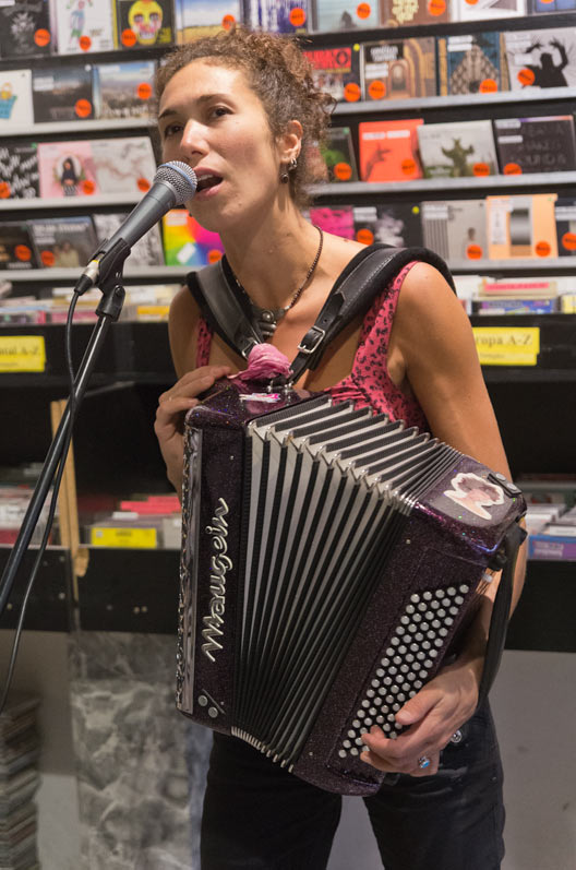 Melinee im InStore Gig bei uns