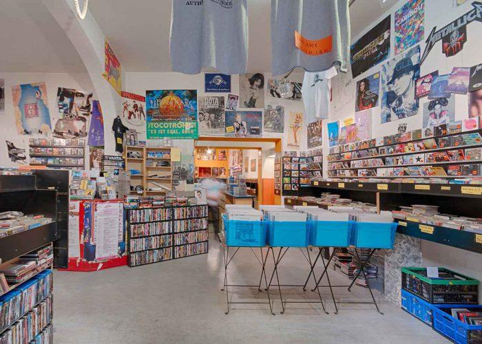 Verkaufsraum vorne vom Eingang aus fotografiert mit dem ersten Vinyl Regal