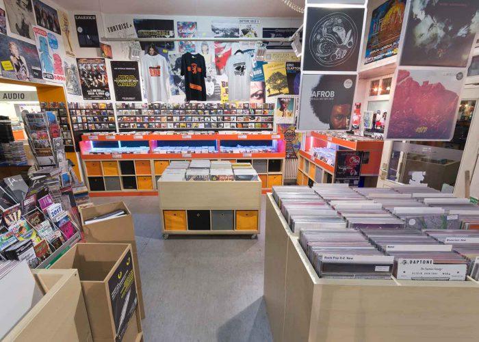 Unser rollbares Vinylregal um Platz für InStore Gigs zu haben