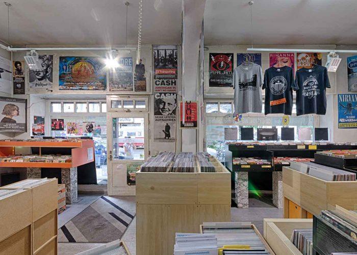 Von der Kasse nach draussen fotografiert - Juni 2017 mit viel Vinyl