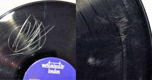 So sieht eine zerkratze Vinyl aus. In diesem Zustand möchten wir keine Schallplatte kaufen